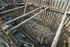 Sockel för konstruktionsplats med den förstärkt stången och betong royaltyfri bild