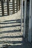Sockel för konstruktionsplats med den förstärkt stången och betong arkivbilder