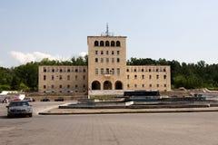 Sockel var stått statyn av Enver Hoxha i Tirana arkivbild