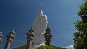 Sockeln av den stora vita marmorBuddhastatyn i tempel parkerar stock video