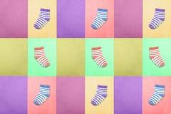 Socken für Kinder Ansicht von oben Mehrfarbige gestreifte Socken auf den Purpurs, violetter und Grüner Hintergründen des Rosas, d Stockbild