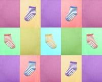 Socken für Kinder Ansicht von oben Mehrfarbige gestreifte Socken auf den Purpurs, violetter und Grüner Hintergründen des Rosas, d Stockbilder