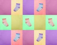 Socken für Kinder Ansicht von oben Mehrfarbige gestreifte Socken auf den Purpurs, violetter und Grüner Hintergründen des Rosas, d Lizenzfreies Stockfoto
