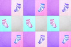 Socken für Kinder Ansicht von oben Mehrfarbige gestreifte Socken auf Pastellhintergründen Abstrakte nahtlose Beschaffenheit in de Lizenzfreies Stockfoto