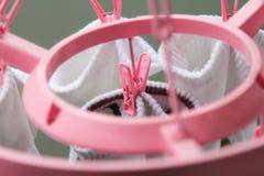 SOCKEN trocknen mit rosafarbenen STÖPSELN Lizenzfreie Stockfotografie