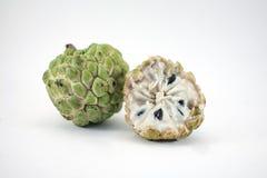 Sockeräpple eller vaniljsåsäpple med skivan på vit bakgrund royaltyfri bild