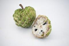Sockeräpple eller vaniljsåsäpple med skivan som isoleras på vit bakgrund arkivbild
