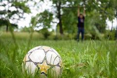 Socker boll i trädgården med målvakten Royaltyfria Foton