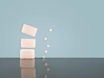 Socker eller konstgjord sötningsmedel Båda på gränsen - blå bakgrund Arkivfoto