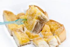 Socker- och smörrostat bröd mot bakgrund Royaltyfri Bild