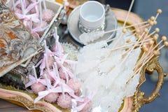 Socker på pinnar och rosa färgpopkakor Royaltyfria Bilder