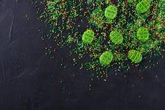 Socker strilar prickar och gröna sockergodisägg, garnering för den easter kakan och bageri, som en bakgrund arkivfoto