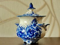 Sockerbunke Saker i rysk traditionell Gzhel stil closeup Gzhel - ryskt folk hantverk av keramik Royaltyfri Foto