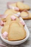 Sockerhjärtakakor med marshmallows Arkivfoto