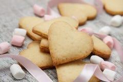 Sockerhjärtakakor med marshmallows Fotografering för Bildbyråer