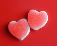 Sockerhjärtor på röd bakgrund. Valentinbegrepp arkivfoto