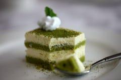 Sockerkaka för grönt te med piskad kräm Royaltyfri Bild
