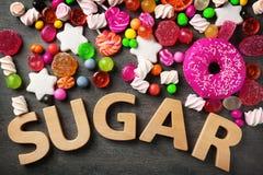 Sockersammansättning med variation av sötsaker royaltyfria foton