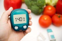 Sockersjuka som gör glukosnivåprovet. Royaltyfria Bilder