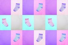 Sockor för barn ovanför sikt Mång--färgade randiga sockor på pastellfärgade bakgrunder Abstrakt sömlös textur i tappningen s Royaltyfri Foto