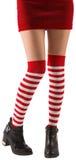 Sockor för stripey för jultomtenflicka bärande Arkivbild