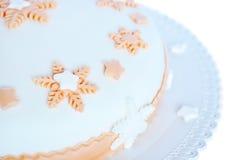 Sockra deg, vittårta med den rosa garneringen Royaltyfri Bild