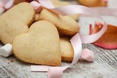 Sockra hjärtakakor med marshmallows Arkivfoton