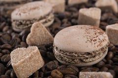 Sockra hjärtor och den ljusbruna makaronilögnen för kaffe på kaffebönor, bakgrund Royaltyfria Bilder