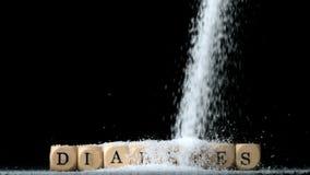 Sockra pulver som hälls över tärning som ut stavar sockersjuka stock video