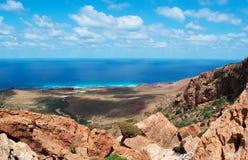 Socotra, vista geral do platô de Homhil: uma árvore de Dragon Blood e o mar árabe imagem de stock