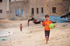Socotraen Yemen, mars 9, 2015 Yemen barn spelar på stranden royaltyfri foto