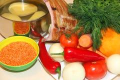 Soczewicy i siekający warzywa na stole Fotografia Stock