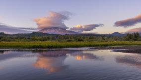 Soczewkowate chmury nad Mt Adams zdjęcia royalty free