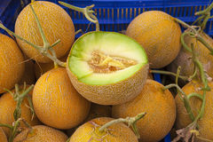 Soczyści dojrzali melony zamknięci przy wioska rynkiem up fotografia stock