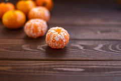 Soczyści dojrzali tangerines z liśćmi na drewnianych tła zbliżenia zdrowie organicznie v Obrazy Stock