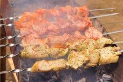 Soczyści plasterki mięso z kumberlandem przygotowywają na ogieniu outdoors Zdjęcie Royalty Free