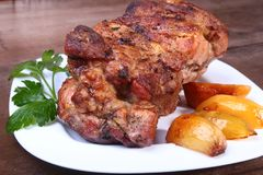 Soczyści wieprzowiny szyi kotleciki piec na grillu z grulami na białym talerzu Zdjęcia Stock