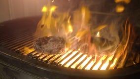 Soczyści wołowina hamburgery piec na grillu na grillu z ogieniem od węgla drzewnego zbiory wideo