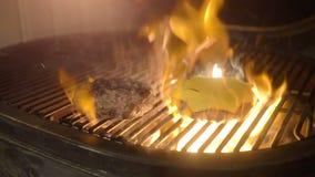 Soczyści wołowina hamburgery piec na grillu na grillu z serem zdjęcie wideo