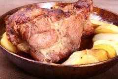 Soczyści wieprzowiny szyi kotleciki piec na grillu z grulami na kamiennym tle Obrazy Royalty Free