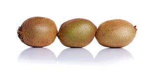 Soczysta cała kiwi owoc z cienką kosmatą skórą, zielonymi ciałami i czarnymi ziarnami, zakończenie Witaminy pojęcie Obrazy Stock