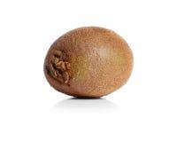 Soczysta cała kiwi owoc z cienką kosmatą skórą, zielonymi ciałami i czarnymi ziarnami, zakończenie Witaminy pojęcie Obrazy Royalty Free