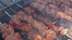 Soczysta kebab wieprzowina w górę Skewer z kawałkami mięso smaży na ceglanym grillu Domowej roboty grill cegły w jardzie zbiory