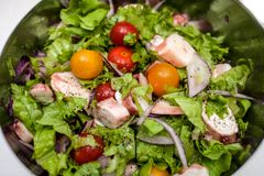 Soczysta lato sałatka z świeżymi ziele, czereśniowymi pomidorami, kałamarnicą i czerwoną cebulą, Zdrowa odżywiania i ciężaru stra zdjęcie stock