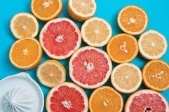 Soczyste cytrus owoc na stole Zdjęcie Royalty Free