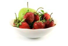 Soczyste, dojrzałe truskawki z zielonym Apple w filiżance, Odosobniony o Obraz Stock