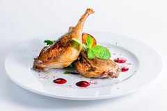 Soczyste wyśmienicie gotować kaczek nogi słuzyć z ziele wewnątrz i kumberlandem Obrazy Royalty Free