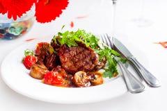 Soczystego stku średnia rzadka wołowina z pikantność i piec na grillu warzywami obrazy stock
