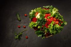 Soczysty, świeży i kolorowy jadalny bukiet warzywa na czarnym tle, obraz stock