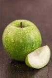 Soczysty świeży zielony jabłko na ciemnym tle Obrazy Stock